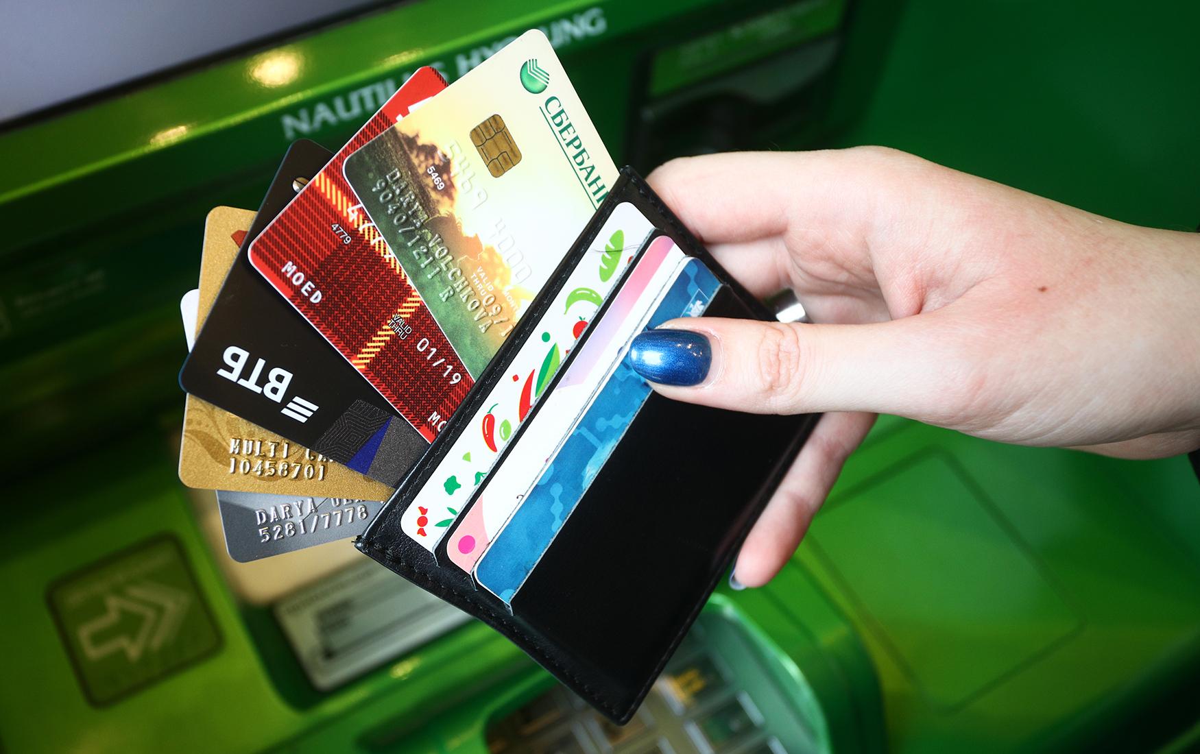 фото с пластиковыми банковскими картами